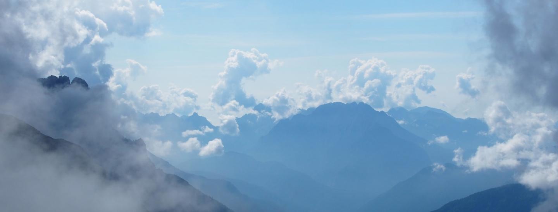 Blick durch den Nebel auf See und Tal von Auronzo