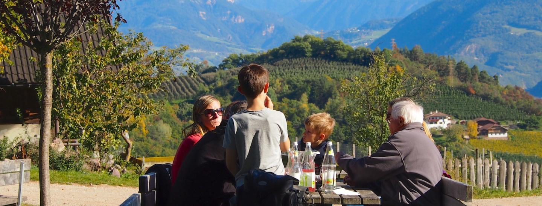 Tische vor dem Noafer mit Dolomitenblick