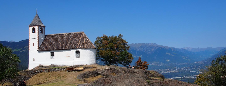 Die Kirche liegt magisch auf einer Felskuppe