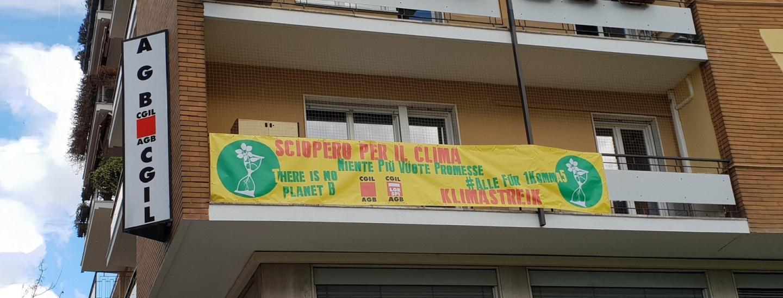 Striscione sede Cgil/Agb in via Roma a Bolzano