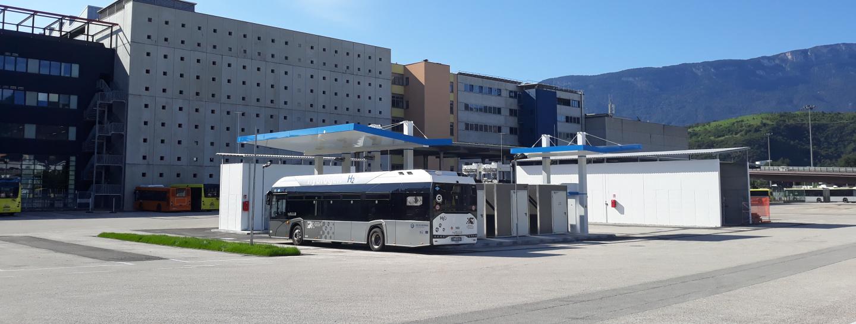 La stazione di rifornimento di idrogeno per i bus H2 all'interno del deposito bus di Sasa in via Buozzi a Bolzano.