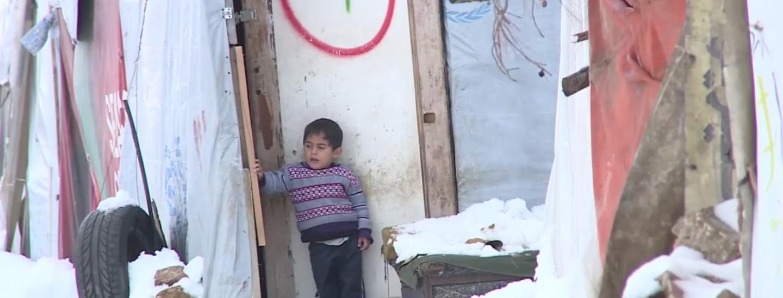 Un bimbo che scopre la neve.