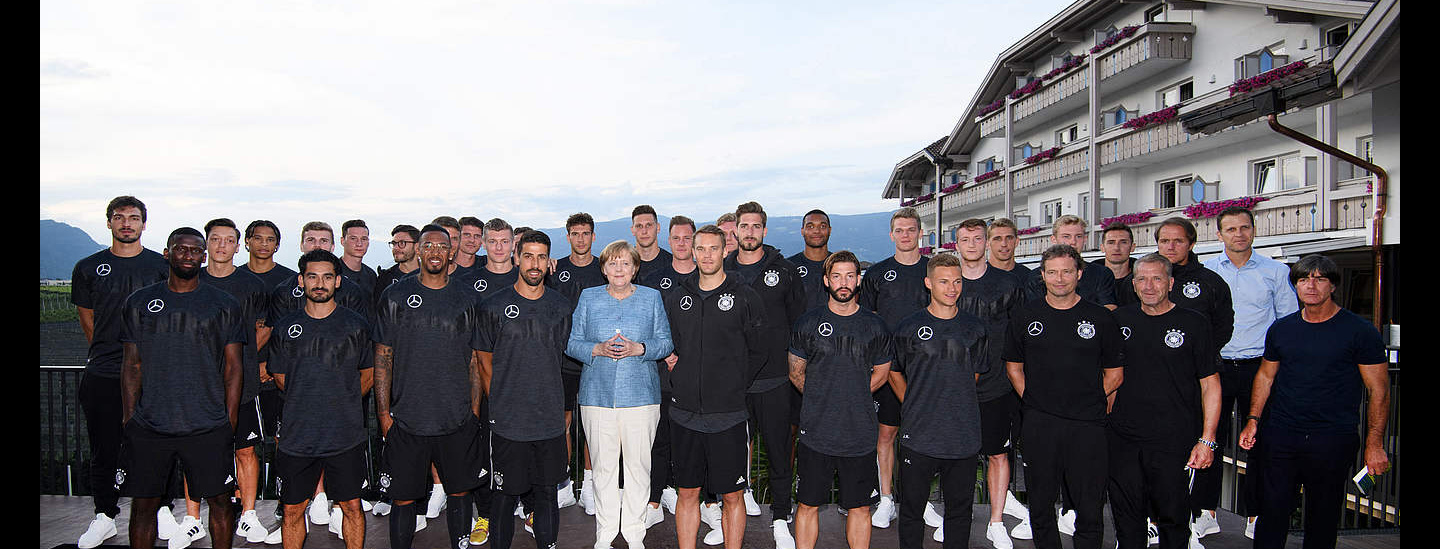 Angela Merkel mit DFB-Team in Girlan