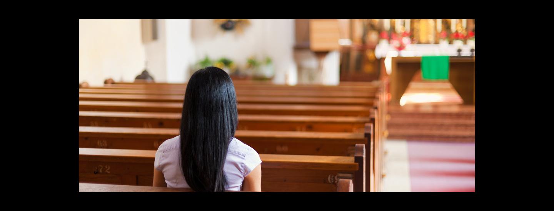 Frau in Kirche