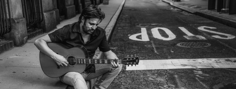 """Hubert Dorigatti zückt auf """"Stop"""" nicht nur die akustische, sondern auch und vor allem die elektrische Gitarre."""