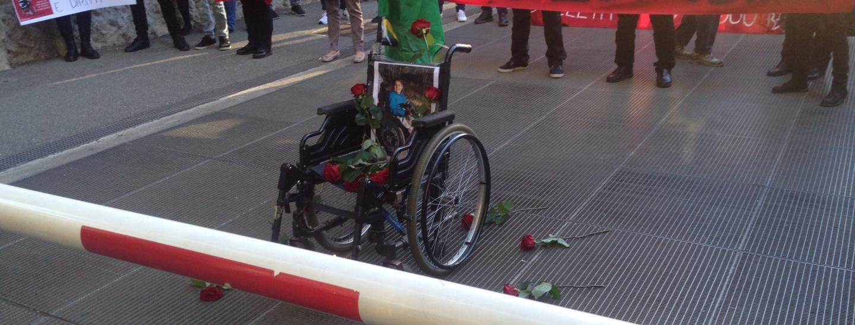 Adans Rollstuhl am Magnago-Platz