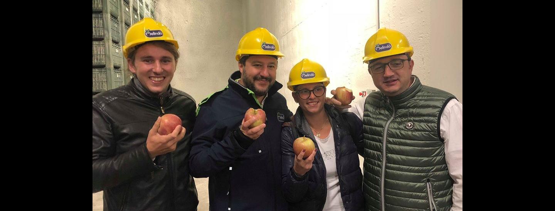 da sinistra Mirko Bisesti, Matteo Salvini, Giulia Zanotelli e Maurizio Fugatti all'interno di un magazzino Melinda