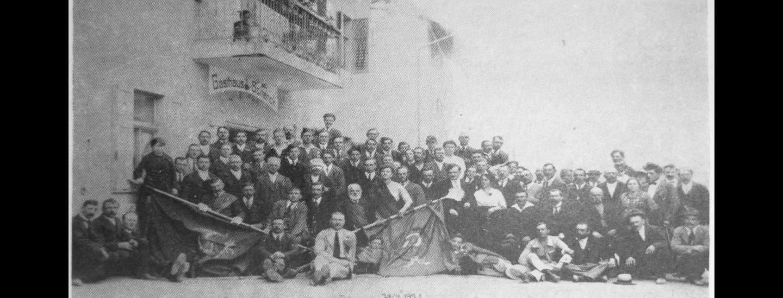 """Foto der kommunistischen Sektion von St. Jakob bei Bozen aus dem Jahr 1921, überliefert vom damaligen Parteigenossen Ferdinand Chenetti, abgedruckt in der kommunistischen Parteizeitung """"Südtiroler Panorama"""" vom Juni 1976."""