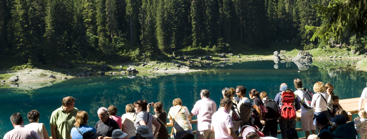 Touristen am Karersee