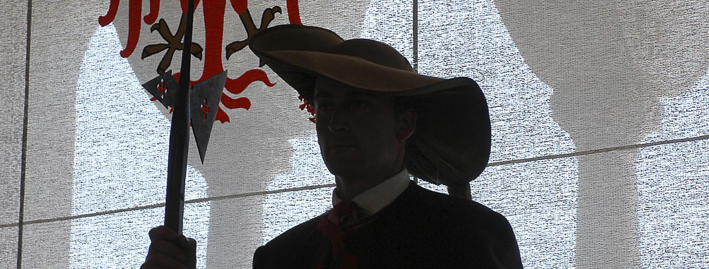 Schütze vor Südtiroler Wappen