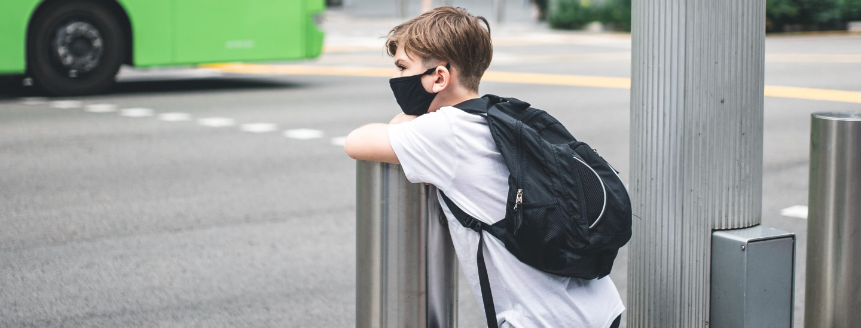 Kind wartet auf Bus