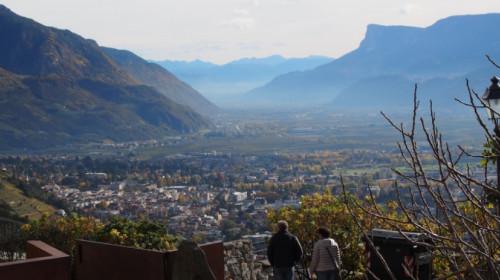 Vor Schloss Tirol