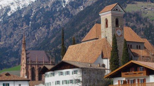 Schenna: links der Kirche das Mausoleum