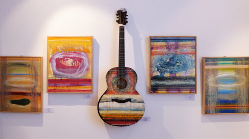 Guitar Art: Luis Seiwald. Paintings on the photograph: Luis Seiwald