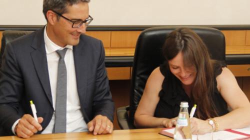 Arno Kompatscher und Sivia Tormen unterzeichnen für das Land Südtirol und die Provinz Belluno