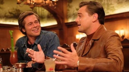 _107064917_once-upon-a-time-in-hollywood-2019-002-leonardo-dicaprio-brad-pitt-laughing-talking-in-bar.jpg
