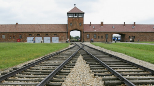 auschwitz-entrance-p.jpeg