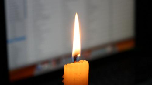 Kerze vor Computer