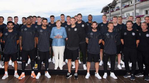 Angela Merkel mit DFB-Team in Girlan
