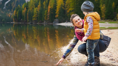 Stockfoto - Frau mit Kind am See - ©Getty Images