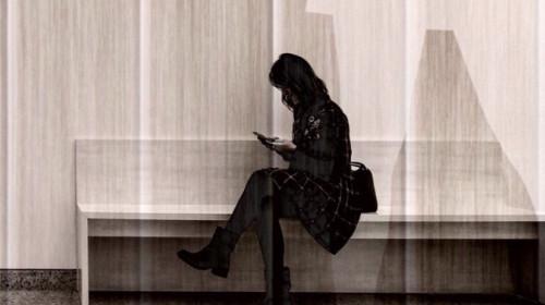 Frau auf Bank