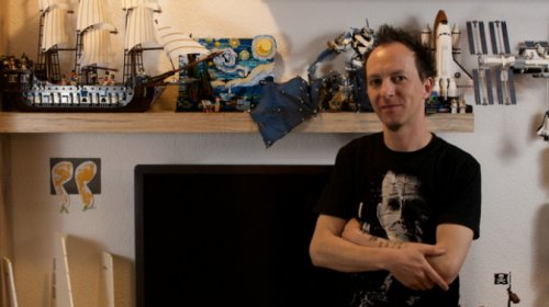 Iwan Holzer vor einer seiner Lego-Wände.