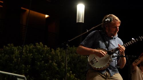 Markus Prieth am Banjo: Opas Diandl mit dem Tiroler Landesorchester Innstrumenti live in Meran am Freitag, 25. Juni 2021.