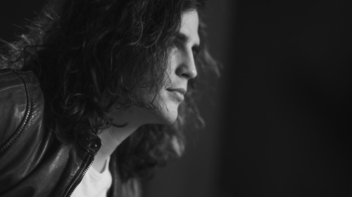 """""""Ebbe und Flut"""" nennt sich seine neue Single: Der 25jährige Bozner Rockmusiker Philipp Trojer"""
