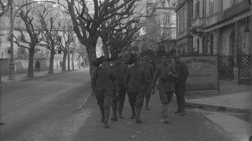 Südtiroler Schwebezustand: Italienische Bersaglieri spazieren am Hotel »Kronprinz« in der Meraner Habsburgerstraße vorbei (1919)
