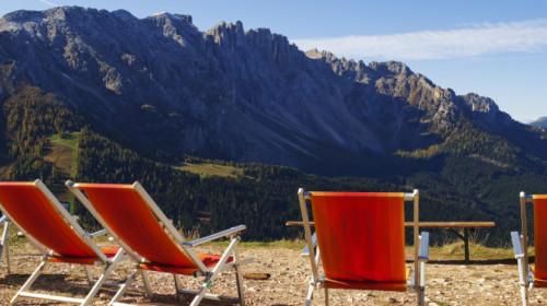Liegestühle in den Dolomiten