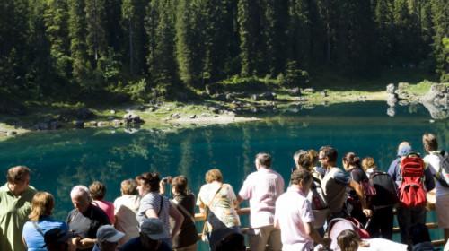 Touristen am Karersee