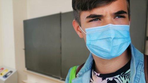 Schüler mit Maske