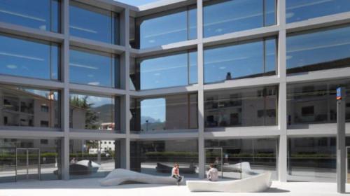 vorplatz-und-nordfassade-hq-volksbank-s252dtirol-christian-r252bbert-architekt-de6561.jpg
