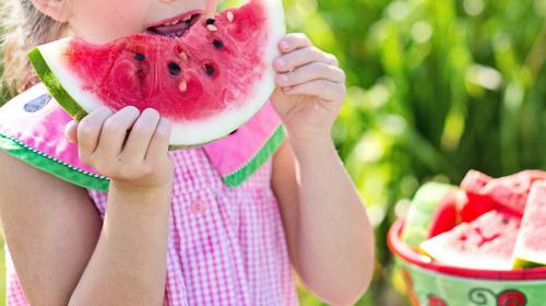 Kindern sollen viel Obst und Gemüse essen.
