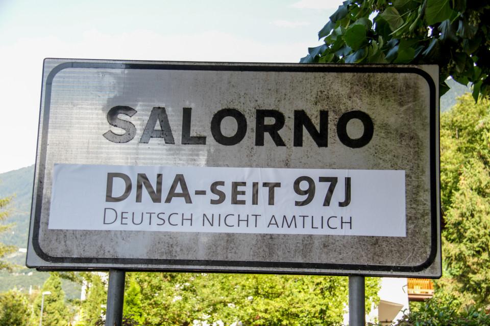 2019-08-16_dna-ortsschild-salurn-2.jpg