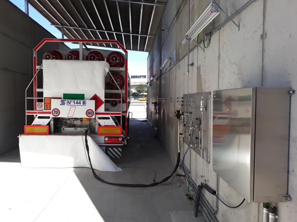 Il carro bombolaio che alimenta la stazione di rifornimento di idrogeno presso il deposito della Sasa.