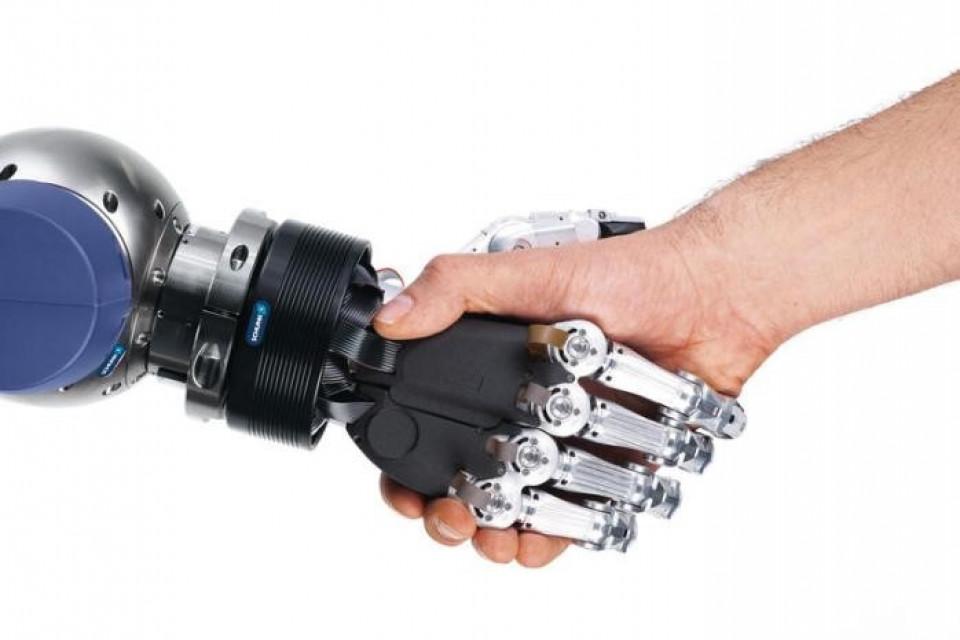Ein Bild was die Zukunft prägen sollte - Roboter und Menschen arbeiten Hand in Hand, anstatt sich gegenseitig auszuschalten.