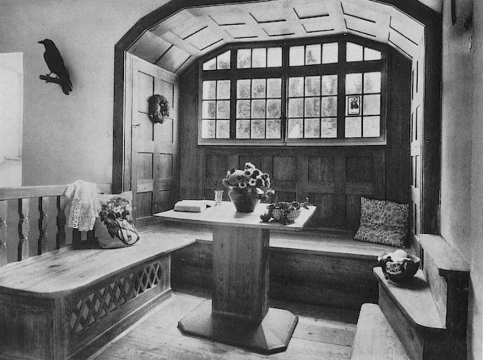Marius und Hedwig Amonn, Obere Diele mit Fensterplatz, rötliches Lärchenholz, Landhaus Amonn in Oberbozen,1911