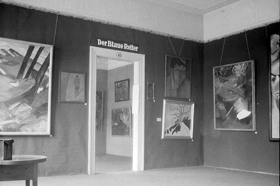 Strahlende abstrakte Landschaften auf schwarzem Hintergrund. Ansicht der Ausstellung 'Der Blaue Reiter', eröffnet am 18.Dezember1911