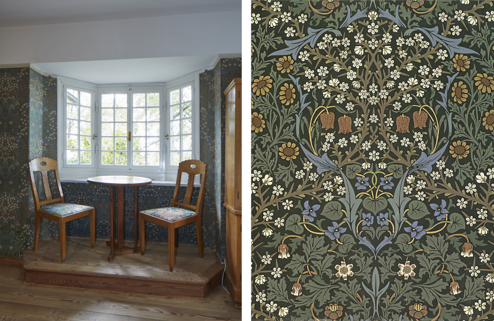 Wohnzimmer mit Sitznische und 'Blackthorne'-Tapete1892nr.29 von William Morris