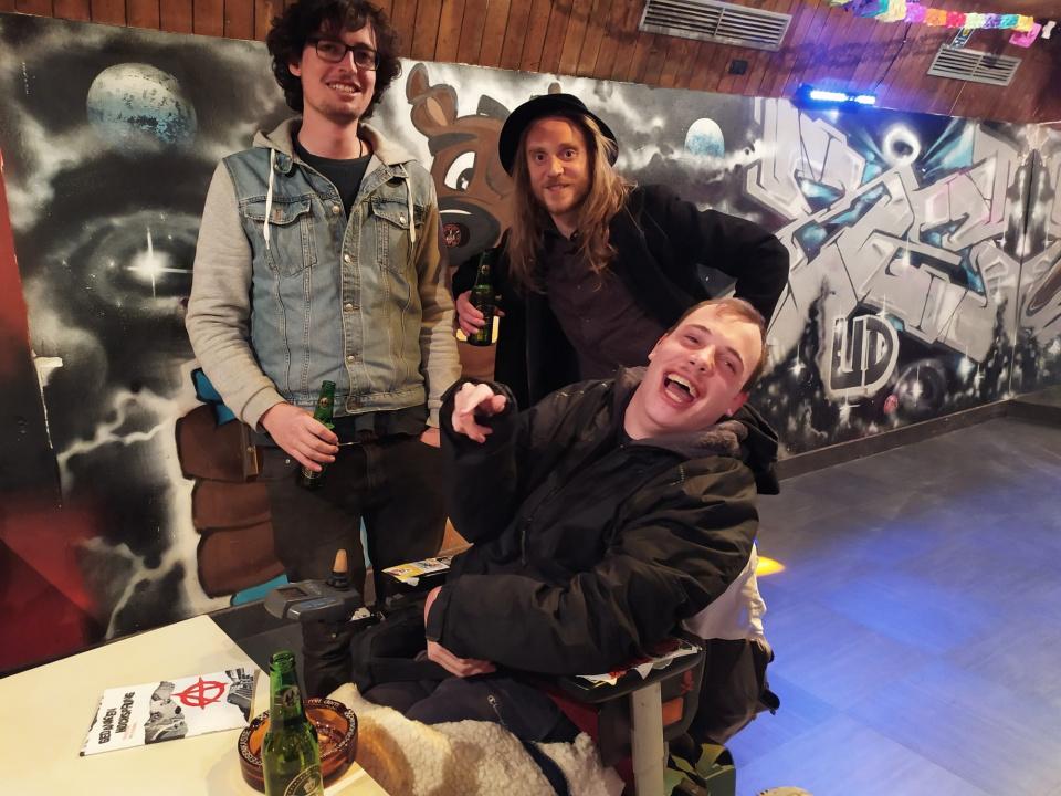 Veranstaltung trotz Corona: Der junge Autor und Musiker Max Silbernagel bei der Buchvorstellung in der Bude in Tiers.