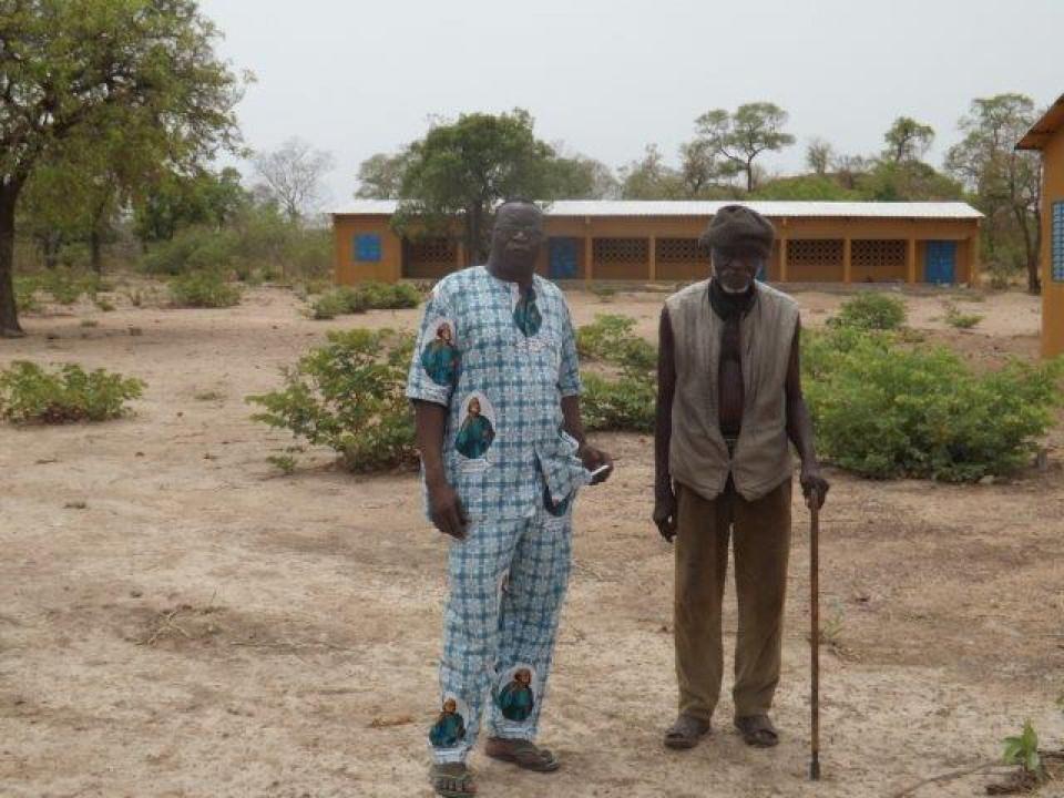 Gerome Bationo mit einem älteren Mann vor der Schule von Zawara.jpg