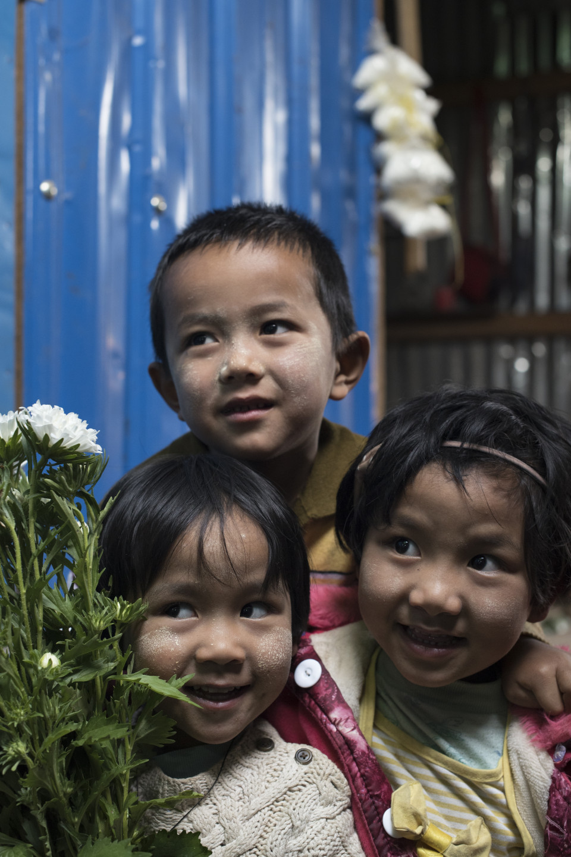 Bambini al mercato di Mindat