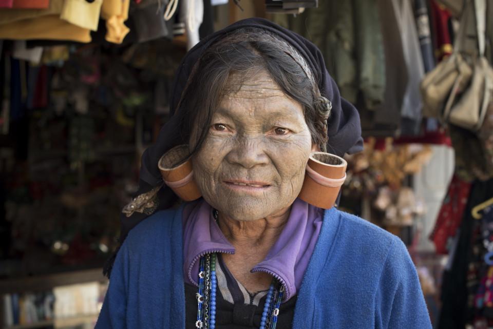Signora con il viso tatuato, Mindat