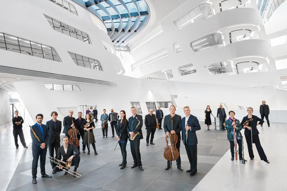 Das Ensemble Klangforum Wien wird heute Abend Werke der beiden jungen Südtiroler Komponisten Simon Öggl und Hannes Kerschbaumer in Toblach uraufführen.