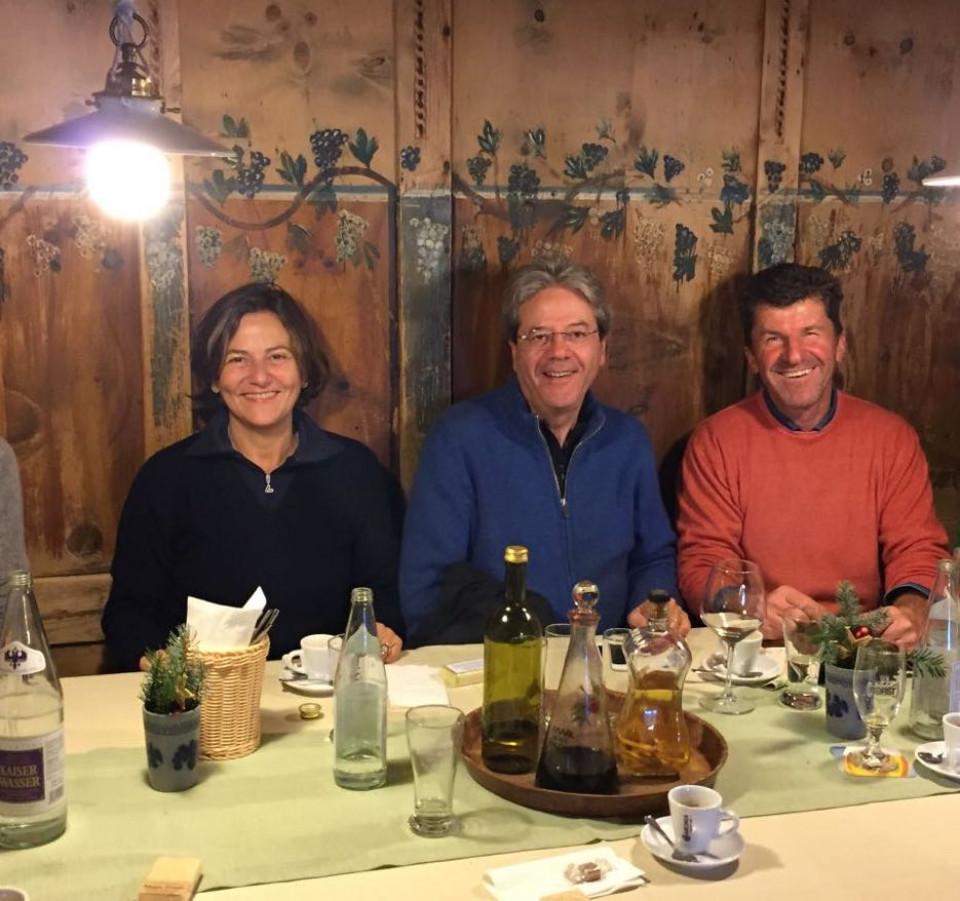 Paolo Gentiloni mit Gattin in der Wirtsstube des Kaserhofes