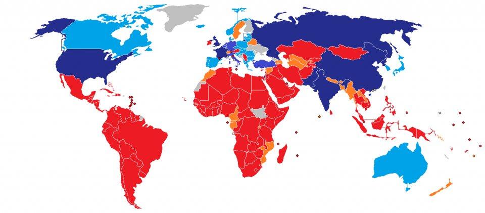 Die Unterzeichner-Staaten des Atomwaffenverbotsvertrags (rot). Blau: Atommächte. Hellblau: Staaten nuklearer Teilhabe.