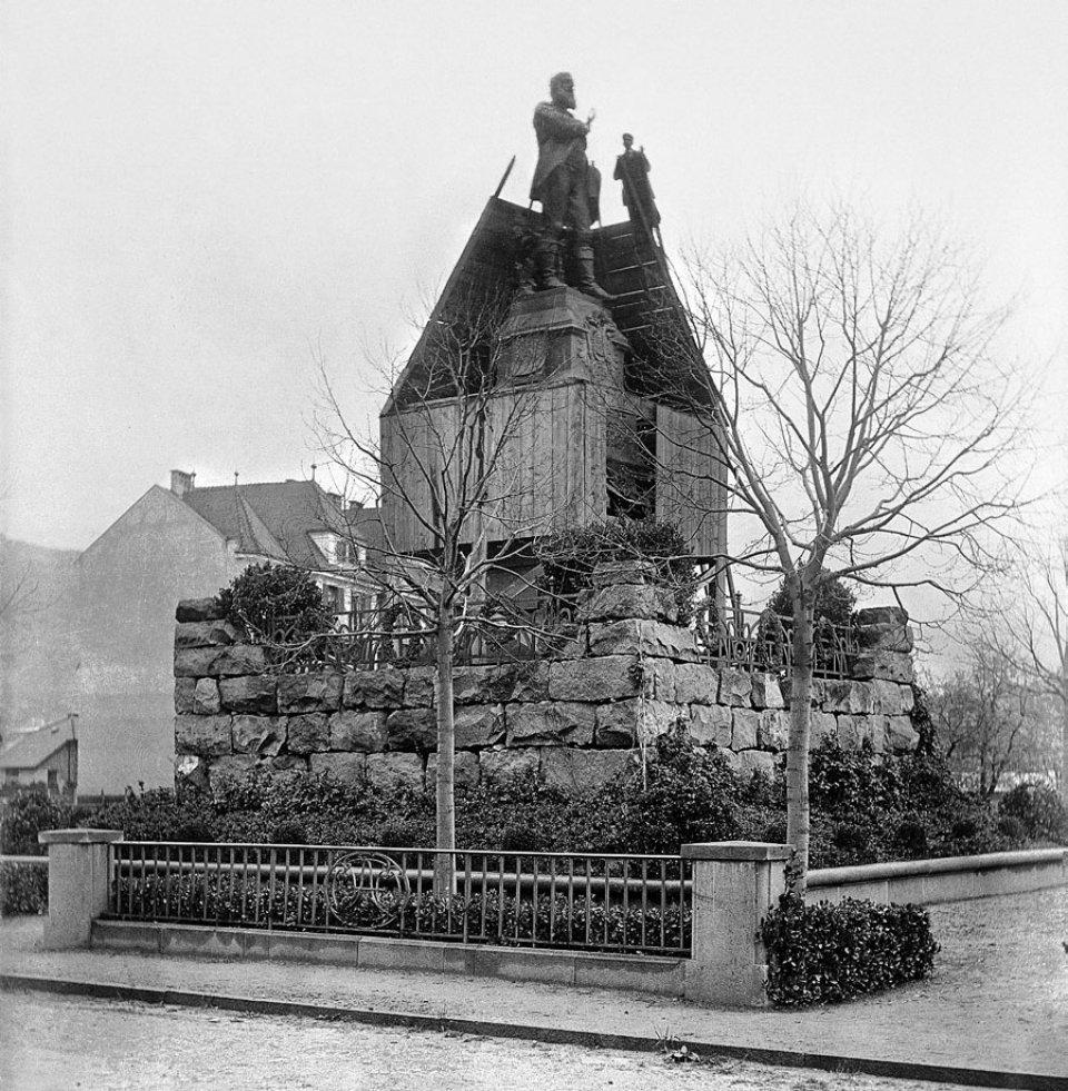 Entfernung des Bretterverschlags am Denkmal für Andreas Hofer. Die feierliche Einweihung der bereits 1914 fertiggestellten Statue erfolgte am 3. April 1920: Am selben Tag stieg Kafka aus dem Zug.