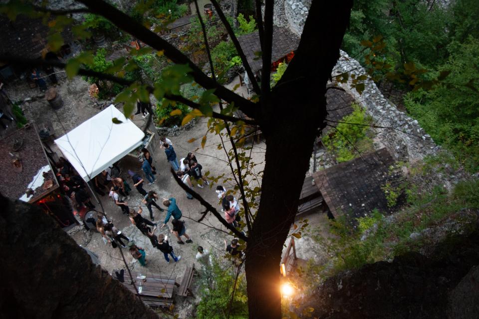 Freundlich und unaufgeregt: Die Party des Scum Collectives auf der Haderburg.