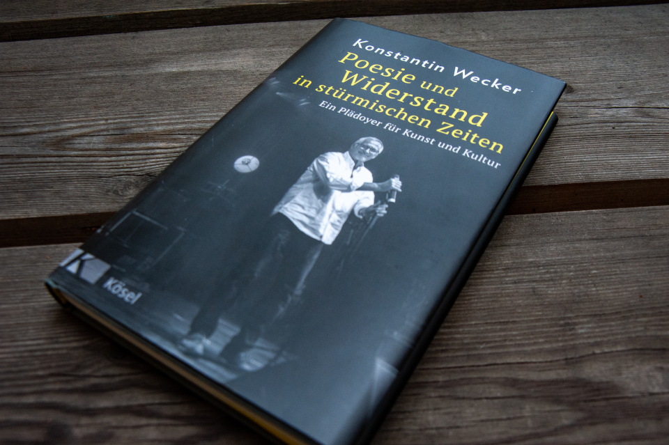 """Zeichnet die Zeit zwischen März 2020 und Juni 2021 nach: Weckers jüngstes Buch """"Poesie und Widerstand in stürmischen Zeiten"""" (Kösel Verlag)"""